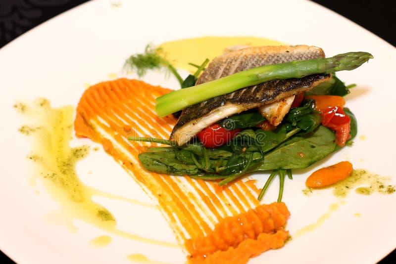 Witte vissen met asperge stock afbeelding