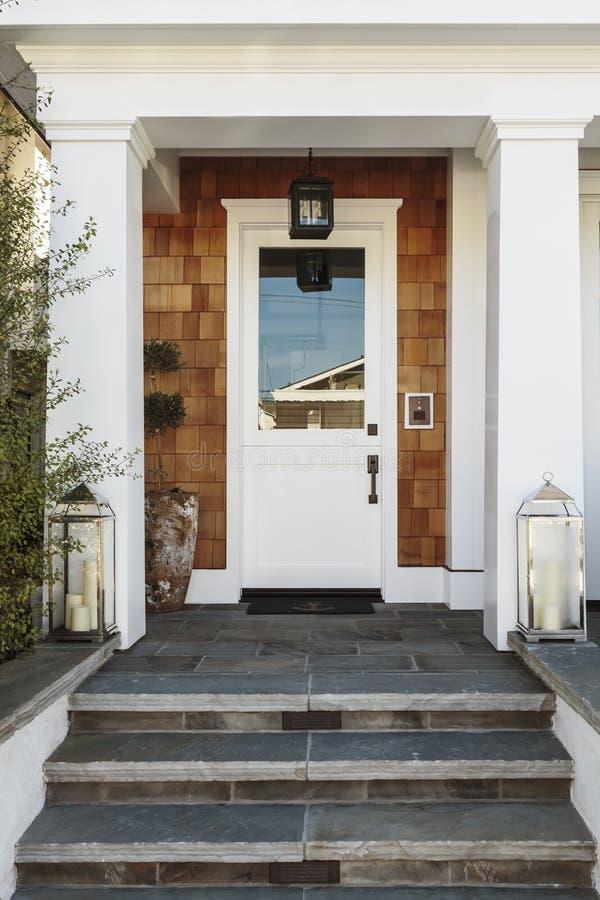 Witte voordeur aan een luxehuis stock afbeeldingen