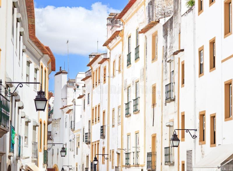 Witte voorzijden oude straat in Evora, Portugal royalty-vrije stock fotografie