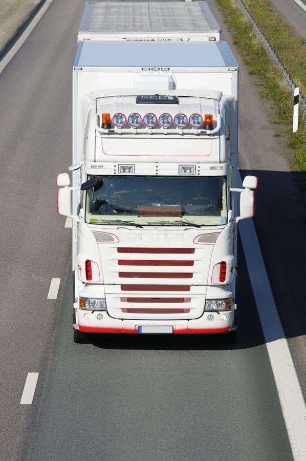 Witte vrachtwagen bij close-ups