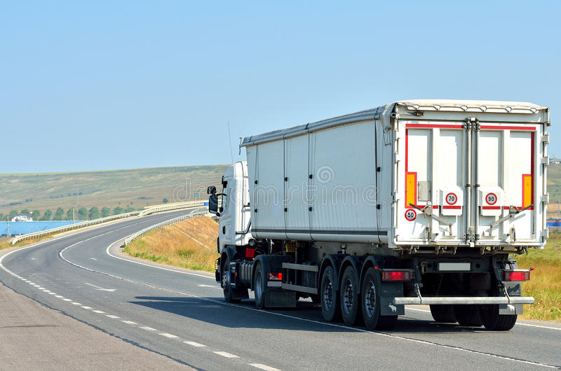 Witte vrachtwagen op de weg stock foto