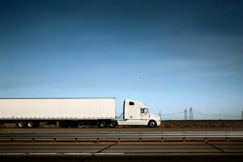 Witte vrachtwagen op weg