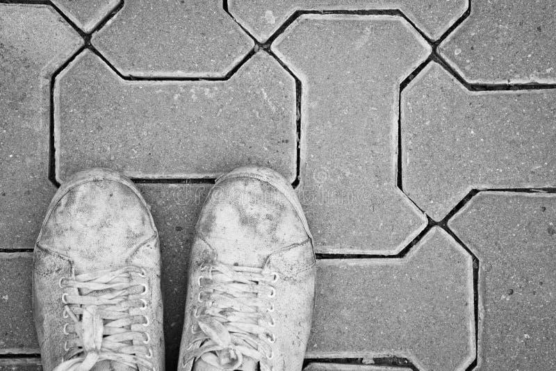 Witte vuile schoen op baksteenvloer Zwart-witte toon royalty-vrije stock foto's