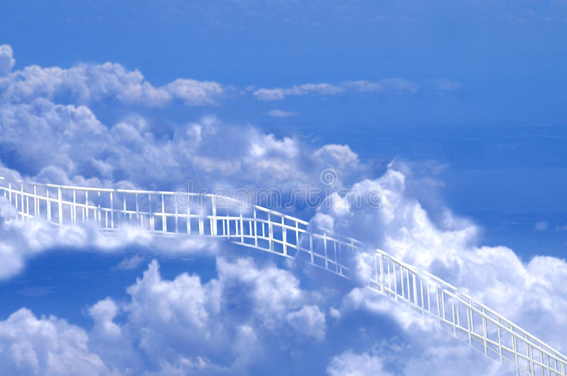 Witte Weg die door Wolken tot Hemel leidt royalty-vrije stock foto