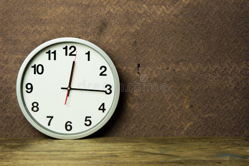 Witte wekker op houten lijst royalty-vrije stock foto