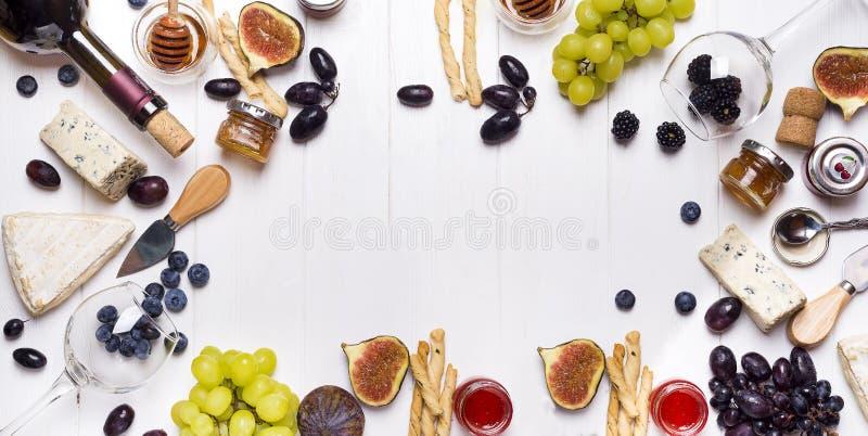 Witte wijn, druif, brood, honing en kaas royalty-vrije stock fotografie