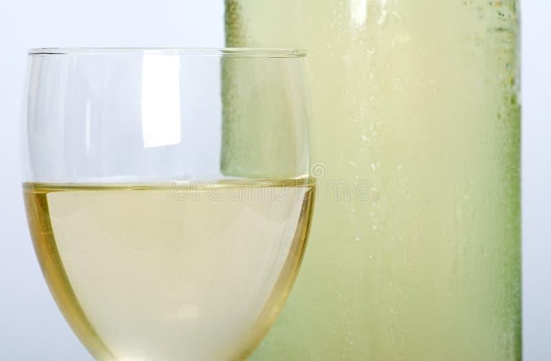 Witte wijn in een glas stock afbeelding