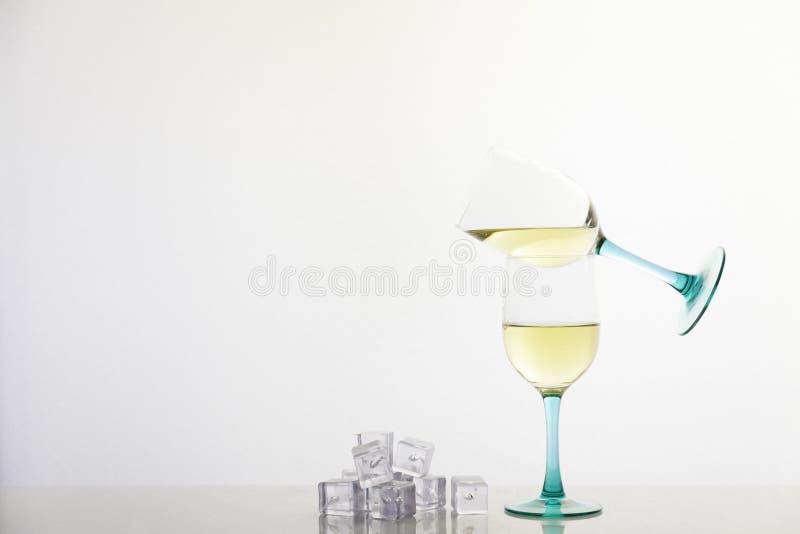 Witte wijn en ijsblokjes stock foto's