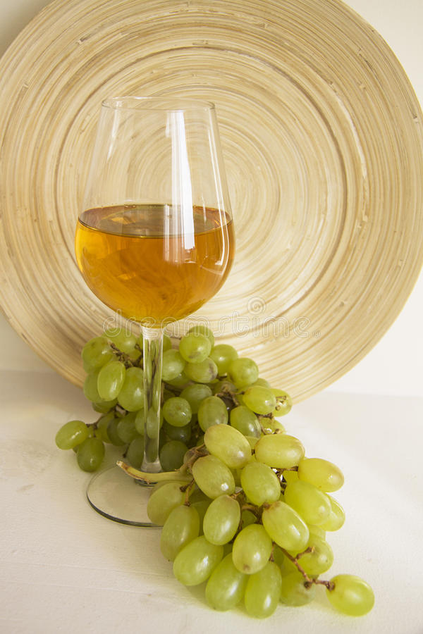 Witte Wijn in Glas met Druiven royalty-vrije stock afbeelding