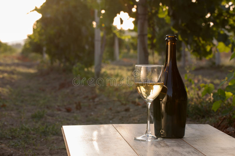Witte wijnfles stock afbeeldingen