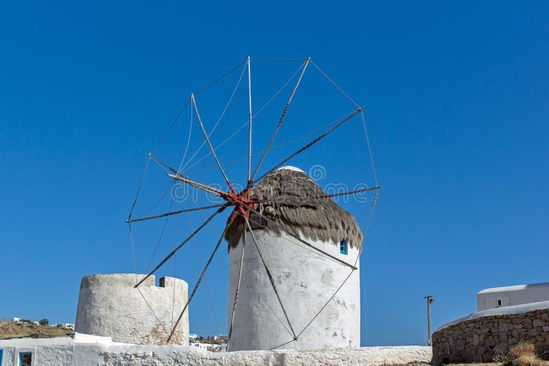Witte windmolen op het Eiland Mykonos, de Eilanden van Cycladen stock foto's