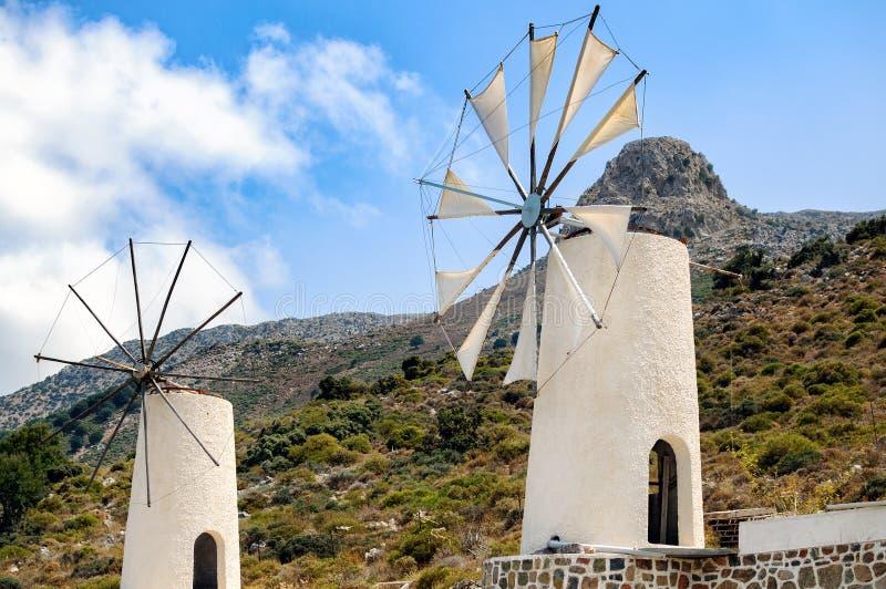 Witte windmolens bij Homo sapiensmuseum in Lassithi-district op het eiland van Kreta, Griekenland stock foto's