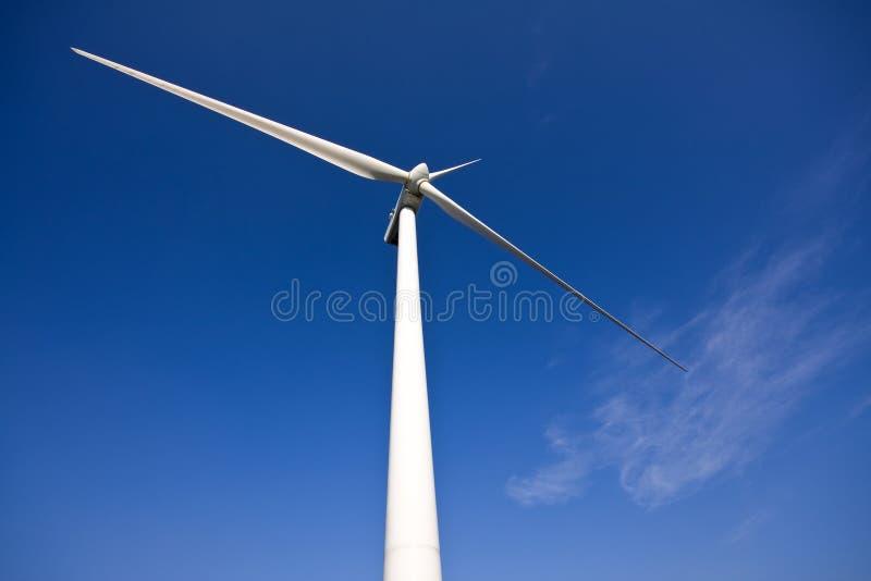 Witte windturbine royalty-vrije stock afbeeldingen