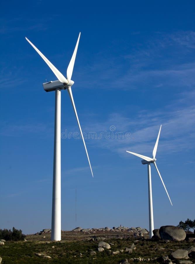 Witte windturbines stock foto