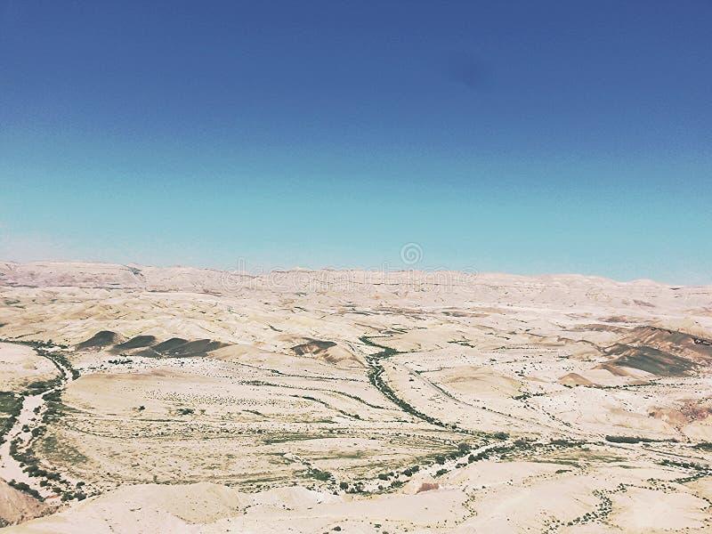 Witte woestijn onder blauwe hemel royalty-vrije stock fotografie