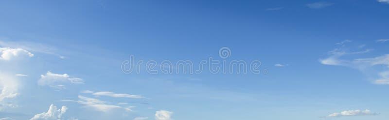 Witte wolk met blauwe hemelachtergrond royalty-vrije stock foto