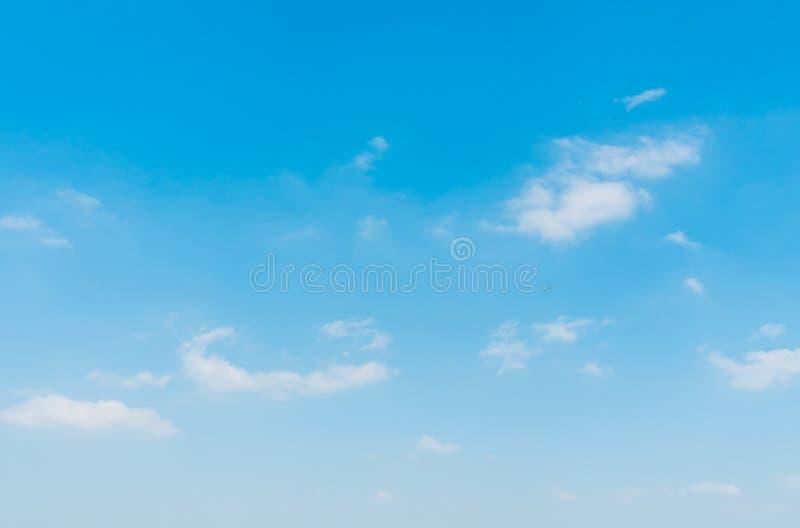 Download Witte wolk op blauwe hemel stock afbeelding. Afbeelding bestaande uit schoonheid - 107707215