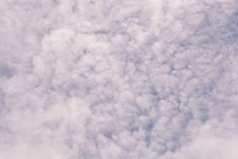 Witte wolk op blauwe hemel stock afbeelding