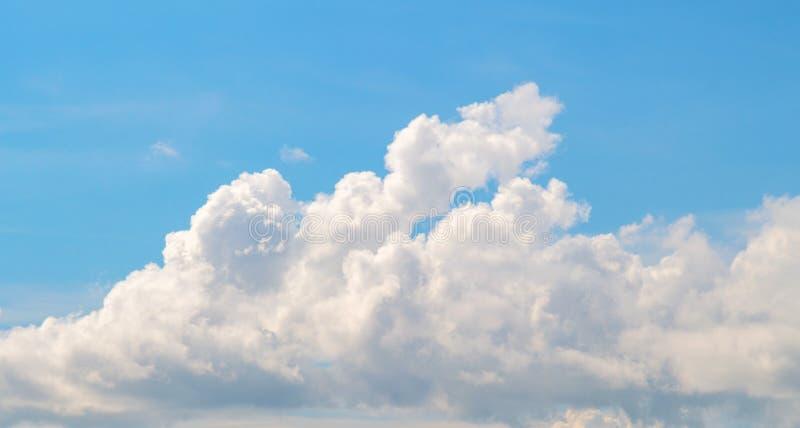 Witte wolk op blauwe hemel De Achtergrond van de Cloudscapefoto stock afbeelding