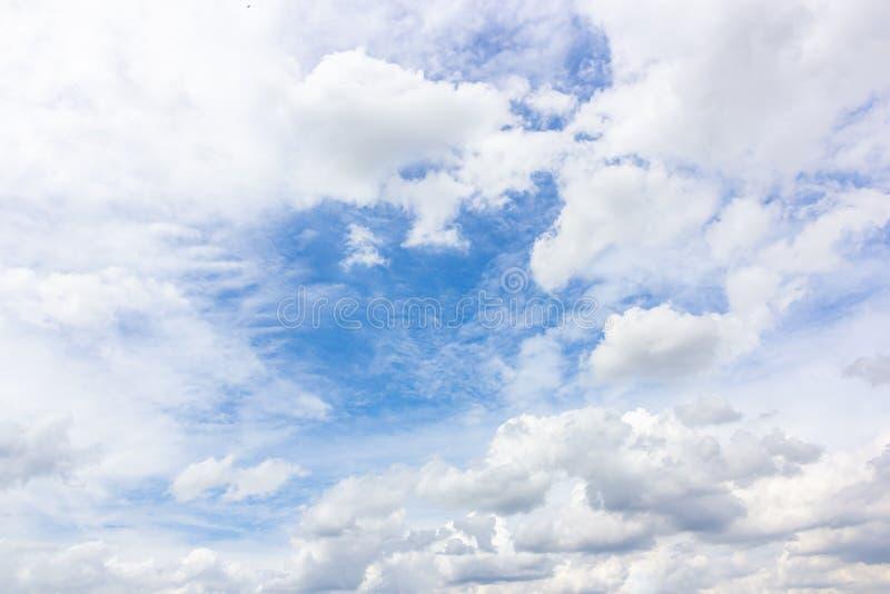 Witte wolk op blauwe hemelachtergrond royalty-vrije stock foto