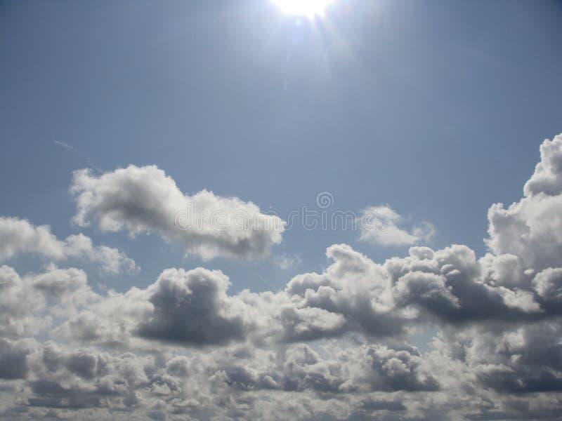 Witte wolken blauwe hemel stock afbeeldingen