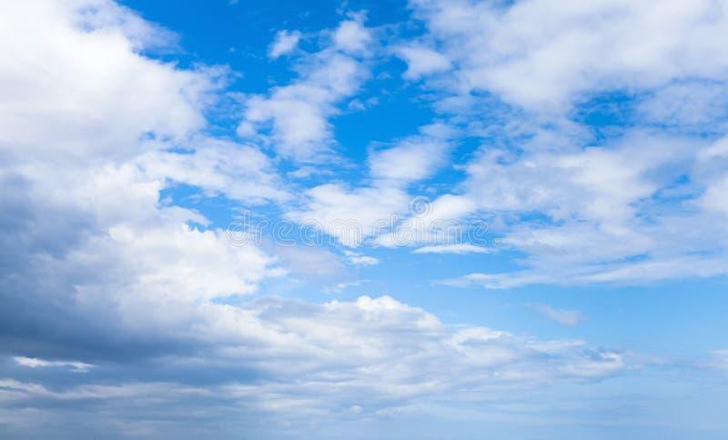 Witte wolken in blauwe hemel bij dag Natuurlijke achtergrond royalty-vrije stock afbeelding