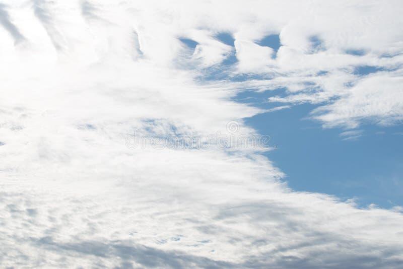 Witte wolken in de hemel stock foto