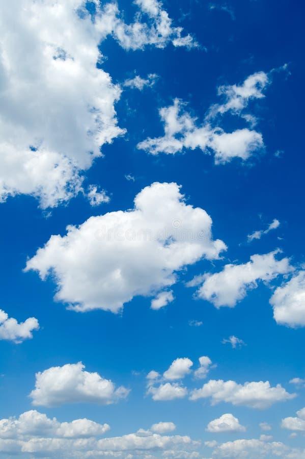 Witte wolken in de hemel. stock afbeelding