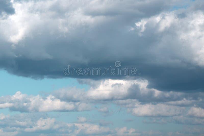 Witte wolken in een blauwe fantastische hemel Grote achtergrond horizontaal stock afbeeldingen