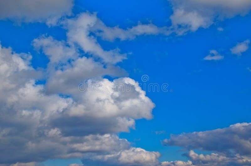 Witte wolken in een diepe blauwe hemel royalty-vrije stock fotografie