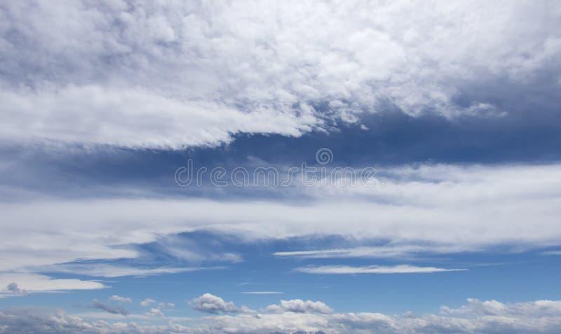 Witte wolken in een donkerblauwe hemel in Europa royalty-vrije stock fotografie