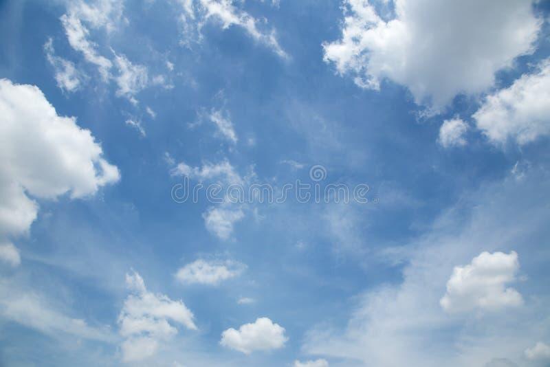 Witte wolken en blauwe hemel stock foto
