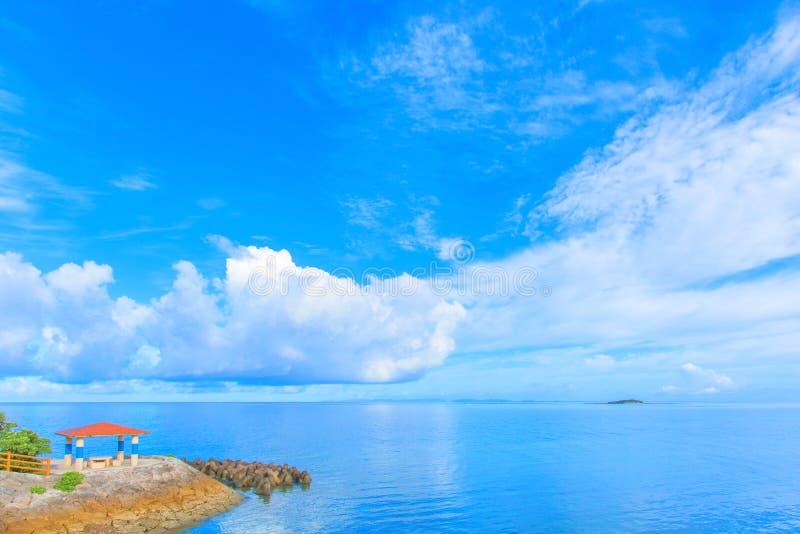 Witte wolken en blauwe hemel, Okinawa royalty-vrije stock afbeelding