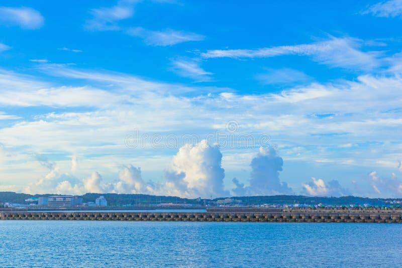 Witte wolken en blauwe oceaan royalty-vrije stock foto