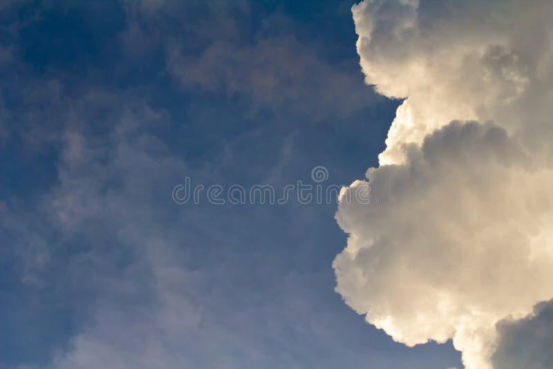 Witte wolken op blauwe hemelachtergrond in de zonnige tijd van de dagzomer stock afbeelding