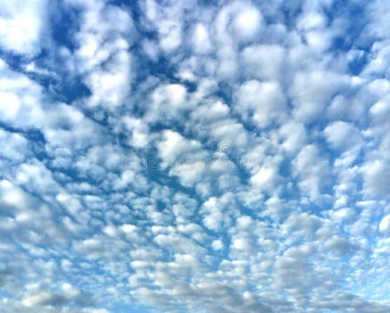 Witte wolken op de blauwe hemel royalty-vrije stock foto's