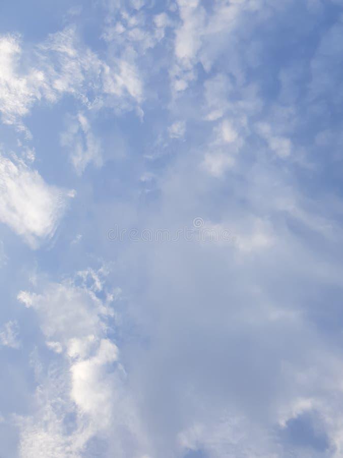 Witte wolken op een blauwe hemel - dramatische cloudscape, aardig weer royalty-vrije stock foto