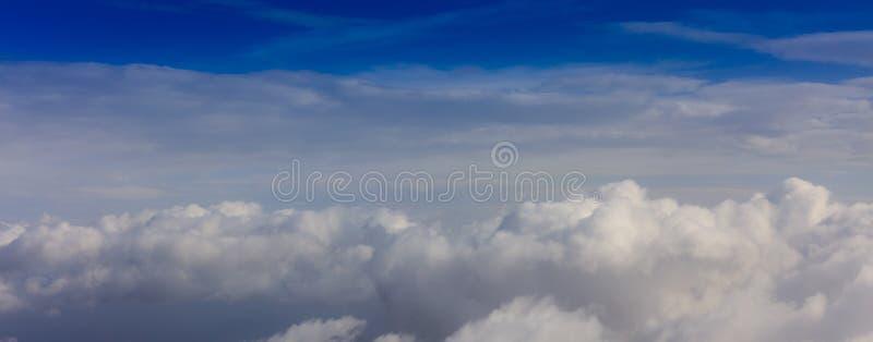 Witte wolken op een blauwe hemelachtergrond Ruimte voor tekst stock afbeelding