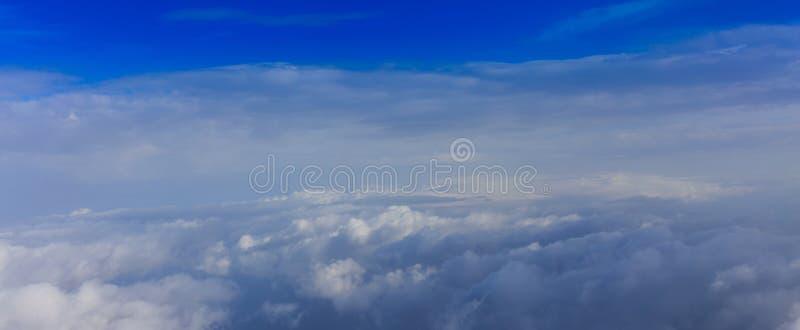 Witte wolken op een blauwe hemelachtergrond Ruimte voor tekst royalty-vrije stock foto