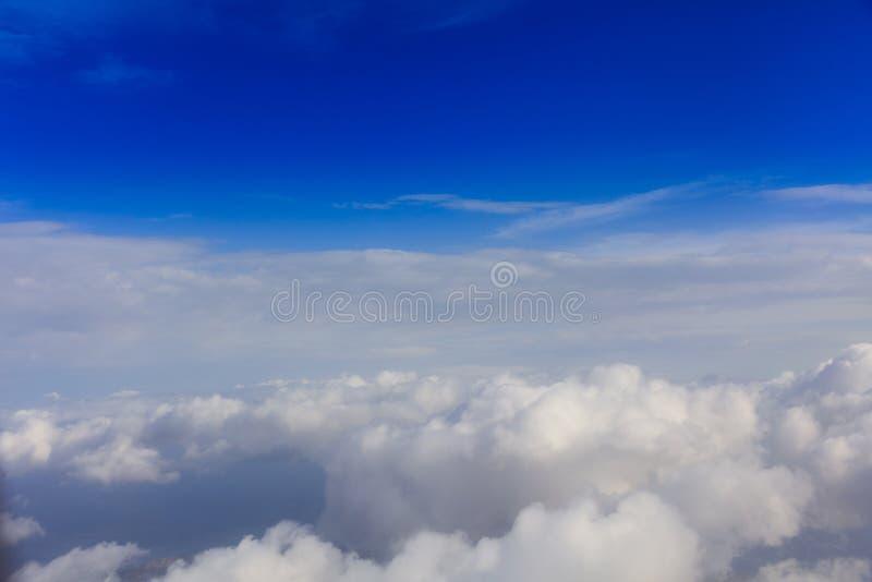 Witte wolken op een blauwe hemelachtergrond Ruimte voor tekst royalty-vrije stock fotografie