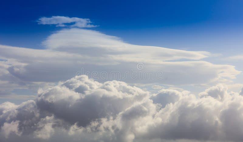 Witte wolken op een blauwe hemelachtergrond Ruimte voor tekst royalty-vrije stock afbeelding