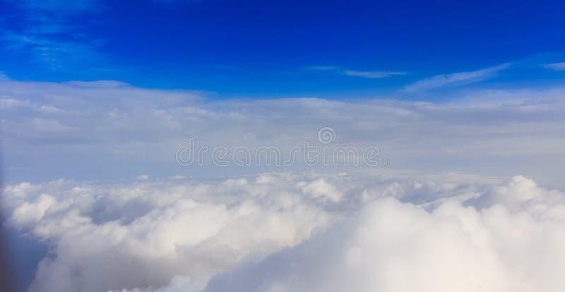 Witte wolken op een blauwe hemelachtergrond Ruimte voor tekst royalty-vrije stock foto's