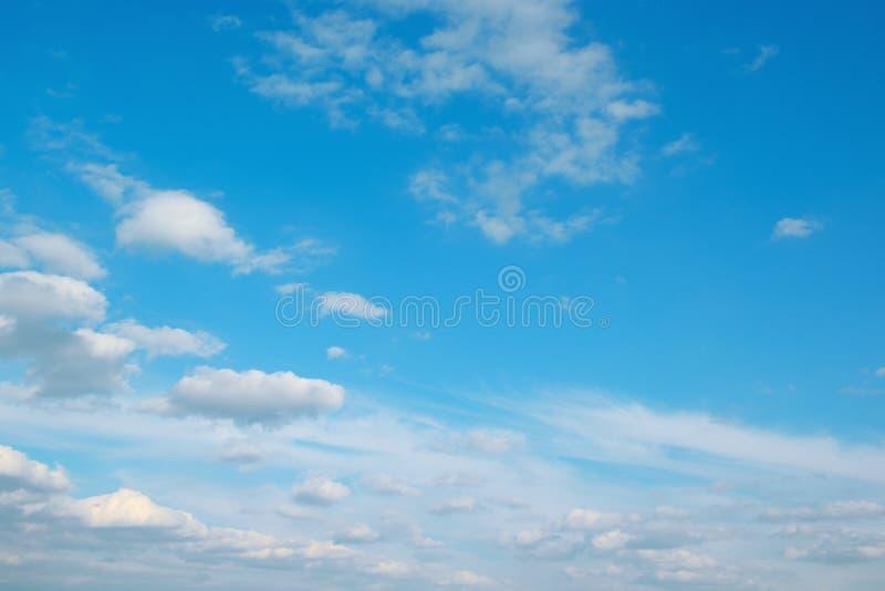 Witte wolken op mooie heldere blauwe hemel stock fotografie