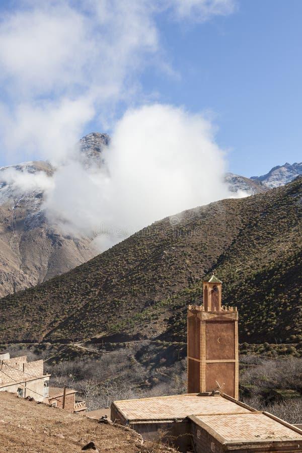 Witte wolken over een dorp in Atlas stock afbeeldingen