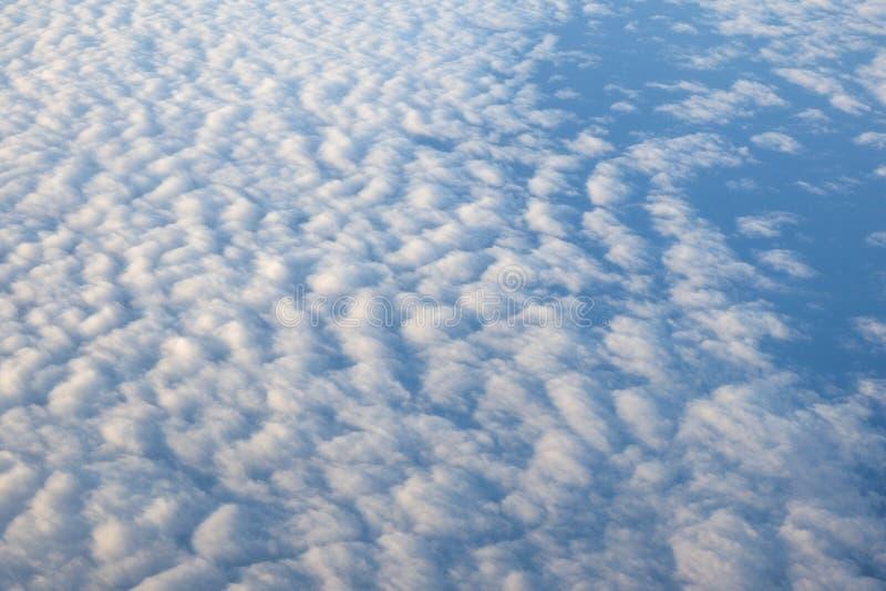 Witte wolken in regenachtig seizoen en aardige blauwe hemel, de mening van het vogeloog royalty-vrije stock afbeeldingen