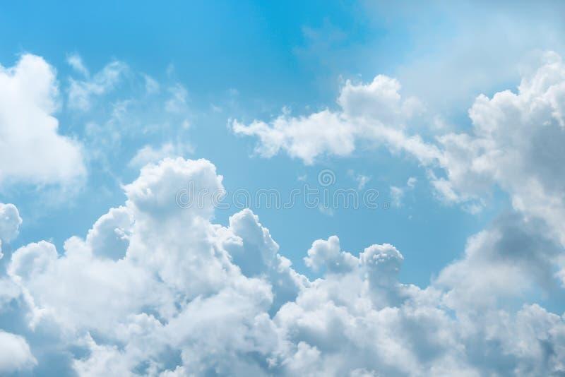 Witte wolkengroep op heldere blauwe hemelachtergrond stock foto