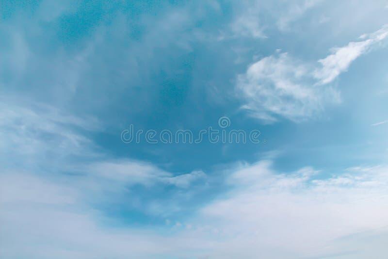 Witte wolkenpatronen op heldere blauwe hemelachtergrond stock fotografie