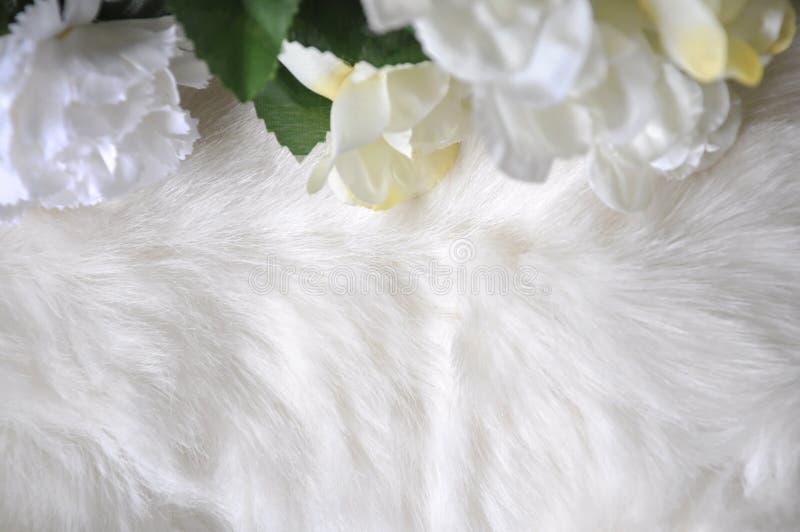Witte Woltextuur met Kunstbloemen royalty-vrije stock afbeeldingen