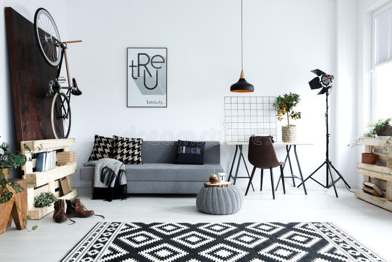 Witte woonkamer met bank stock afbeeldingen
