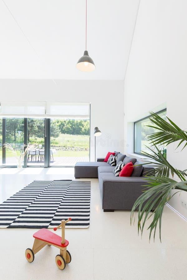 Witte woonkamer met venstermuur royalty-vrije stock foto